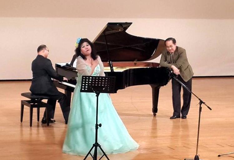 在演出之前仍素昧平生、也絕無預先串場之下,坐在前排貴賓席裡的花蓮旅奧聲樂家~彭興讓教授,也受邀即席協助演唱兩首經典世界名曲。