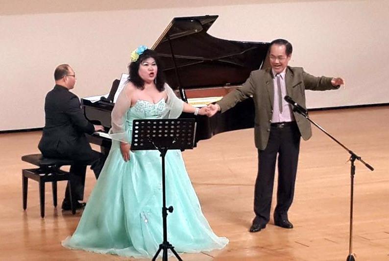 旅義聲樂家~詹美慧偕同旅奧聲樂家~彭興讓,演唱匈牙利作曲家、法蘭茲雷哈的優美輕歌劇「風流寡婦」,其中一段著名的「朱唇輕啟說:妳愛我!」華爾茲愛情二重唱