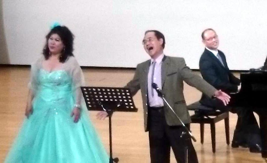 我國知名女高音詹美慧小姐擁有「如同黃金般燦爛耀眼的華美歌聲」,也為花蓮樂迷們,首度帶來卡拉OK交響樂團預錄伴唱帶之演唱方式。