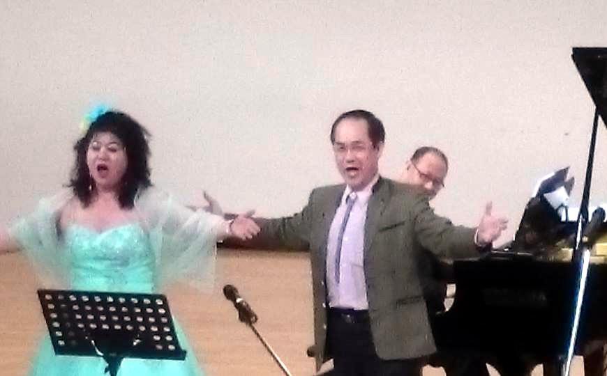 女高音詹美慧偕同男中音彭興讓,激昂高唱風靡全球的義大利拿坡里民謠「我的太陽O Sole mio!」