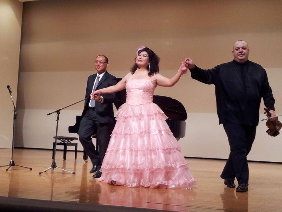 本次表演係由國際知名的義大利籍小提琴獨奏家~亞博特‧迪‧梅斯,偕同我國旅義大利聲樂家~詹美慧小姐、及旅英鋼琴家~顏家寶老師聯合擔綱精彩演出。